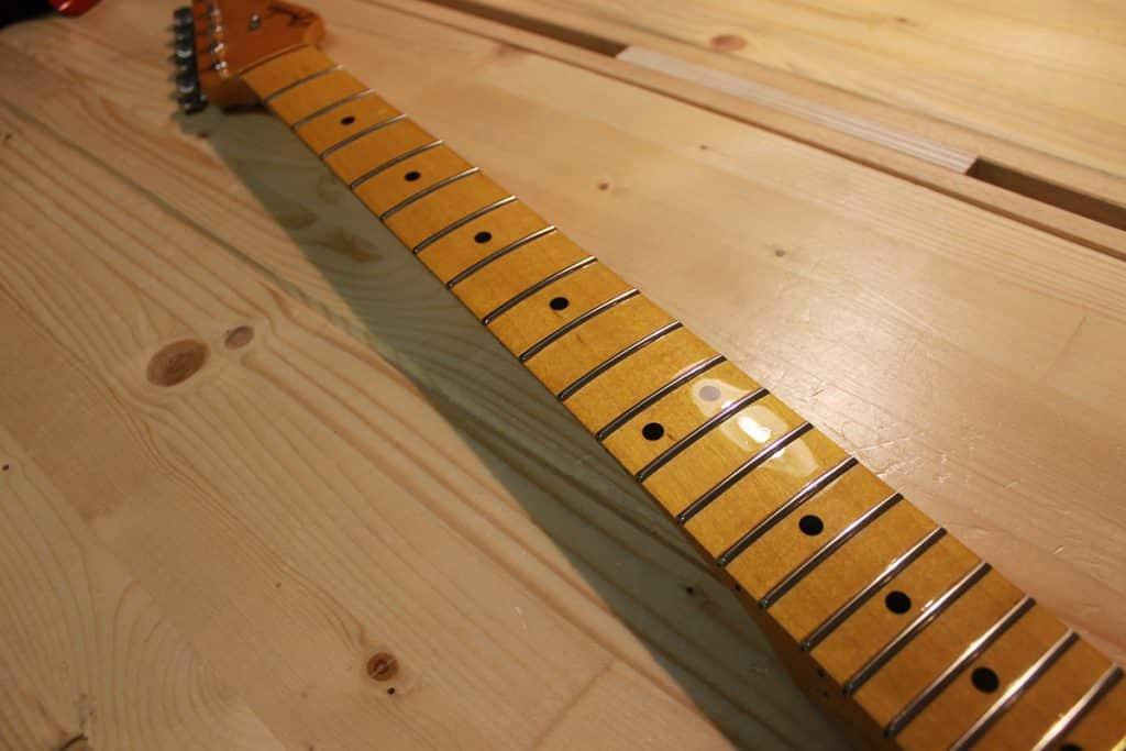 Ritastatura completa su un manico Fender Stratocaster