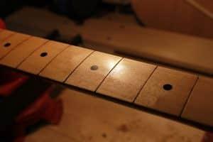 Turapori su tastiera Fender Stratocaster prima della tastatura e successiva riverniciatura